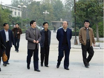 徐州市教育局局长强国(右二),副局长张建勋(右三)来院指导工作