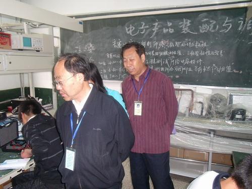 督导室王立山老师,赵传明老师巡视电子产品装配与调试竞赛现场